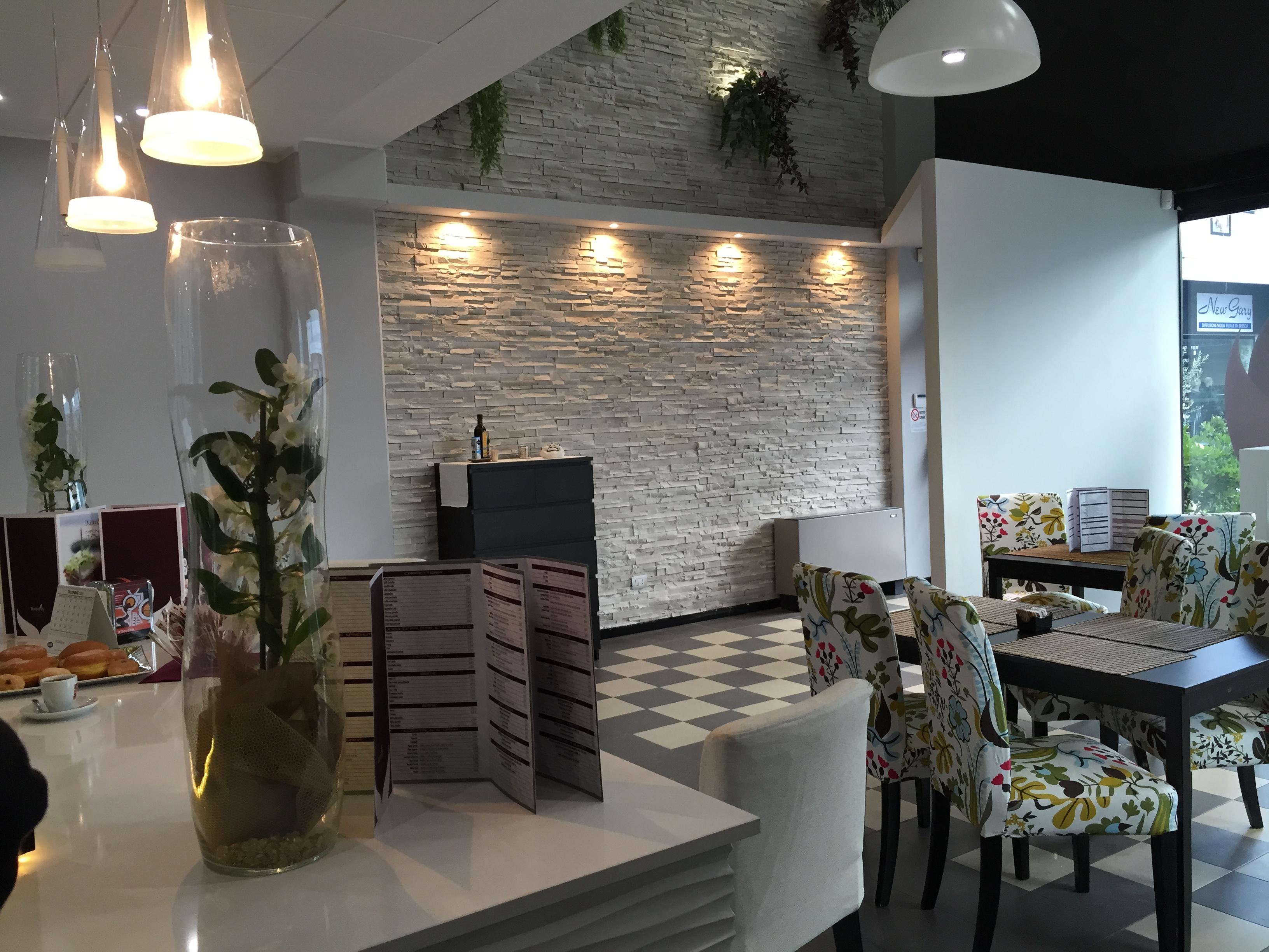 Butterfly living lounge cafe brescia for Piastrelle finta pietra